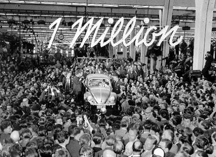 De miljoenste Volkswagen Kever rolt van de band. Deze kleine Volkswagen staat symbool voor het naoorlogse Duitse economische succes.