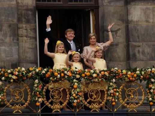Koning Willem-Alexander, Koningin Maxima en de Prinsessen Catharina-Amalia, Alexia en Ariane tijdens de balkonscene nadat de abdicatie van Beatrix.