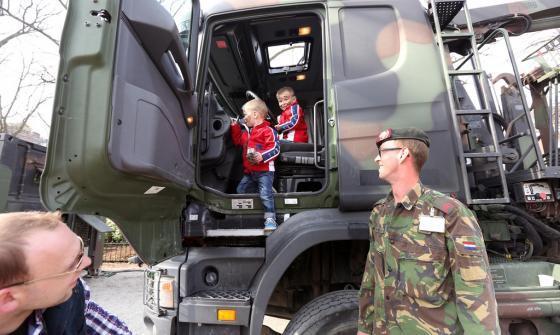 Twee kinderen in tankwagen van Koninklijke Landmacht bij Hofvijver