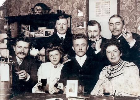 Foto uit de studententijd van Mathilde Haan (uiterst rechts)