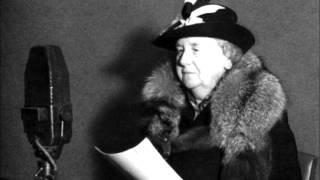 zwart wit foto, vrouw voor/zijaanzicht, met zwart/witte hoed, zwarte jas met bontkraag