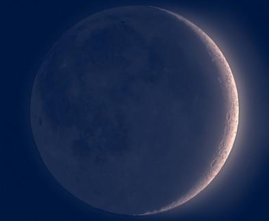 Tijdens de nieuwe maan is het mogelijk om het gehele maanoppervlakte te zien binnenin de dunne sikkel. Net na zonsondergang is dit fenomeen het sterkst. Leonardo da Vinci was de eerste die dit zag en documenteerde.