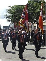 Een Oranjemars in Belfast. Vanwege de spanningen tussen Katholieken en Protestanten zijn er regelmatig ongeregeldheden tijdens de mars.