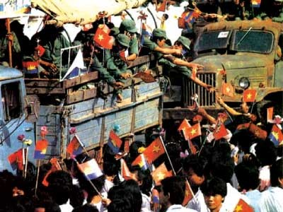 Vietnamese soldaten verlaten onder grote belangstelling Pnom Penh in 1989