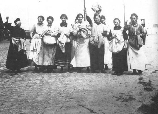Vrouwen met hun buit tijdens de Aardappeloproer van 1917