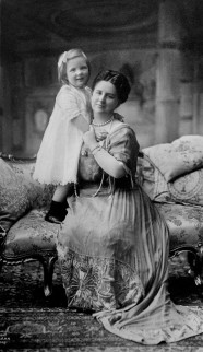 Foto van Wilhelmina met haar dochter Juliana