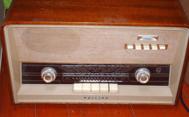 Een buizenradio uit de jaren vijftig