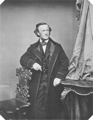 grijze achtergrond, man gezien van voren in zwarte lange jas, man leunt met elleboog op stoelleuning met barokke krullen, witte blouse, rechts verticale lap stof,