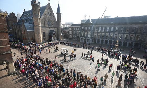 Lange rijen op het Binnenhof tijdens het Grondwet Festival met op de achtergrond de Ridderzaal