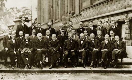Ook internationaal was Marie Curie een gerespecteerde wetenschapper. Jarenlang bezocht ze als enige vrouw de prestigieuze Solvay-conferentie (onderste rij, vierde van links, naast Hendrik Lorentz, de voorzitter van de conferentie van 1927).