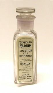 Een 'heilzaam' drankje van Amerikaanse makelij waarin volgens het etiket 2 miligram radium is verwerkt. Dagelijks drinken zou goed zijn tegen spier- en gewrichtspijnen.