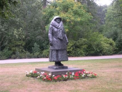 Foto van beeld koningin Wilhelmina in het Wilhelminapark
