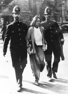 Twee Londense politieofficieren arresteren een suffragette anno 1914