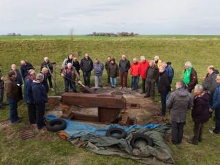 Deelnemers aan mini-symposium bekijken het onbekende bouwwerk op Fort bij Edam.