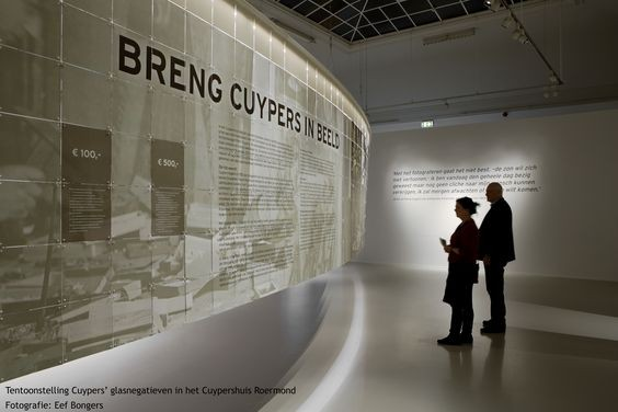 De tentoonstelling over de glasnegatieven van het bedrijf van Pierre en Joseph Cuypers. Foto Eef Bongers 2017. Herkomst Cuypershuis.
