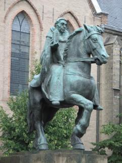 Foto van ruiterstandbeeld van Sint Willibrordus, Janskerkhof (Utrecht)