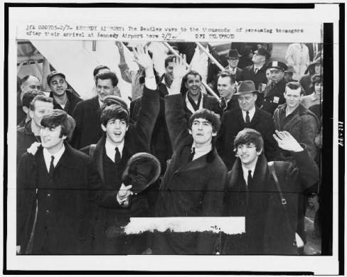 Zwartwitfoto van groep mannen in zwart pak