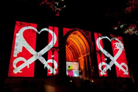 Foto van lichtshow op Dom met rood, wit en zwart