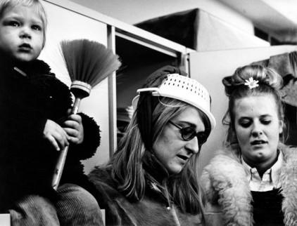 Vrouwenactiegroep Dolle Mina in een ludieke actie met huishoudelijke attributen, 1970