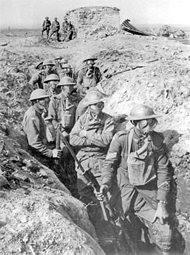De Eerste Wereldoorlog liep al snel uit op een impasse, omdat de strijdende partijen zich ingroeven in loopgraven, zoals tijdens de slag om Ieper (België). Soldaten dragen gasmaskers vanwege aanvallen met gifgas.