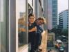 twee mensen hangen uit raam, kleur blauw, beige, zwart