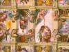 Naakte en geklede zittende, staande, liggende figuren in rood, geel, groene gewaden