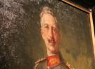 Kaiser Wilhelm kijkt ons aan vanaf een schilderij