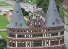 Das Holstentor (Holstein-Tor) in Lübeck vom Turm der Petri-Kirche
