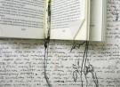 gedrukte en geschreven tekst met een tekening van een bloem