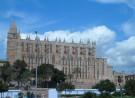 De katherdraal La Seu in Palma de Mallorca is de beroemdste bezienswaardigheid van Mallorca en het meest karakteristieke gebouw in de Mallorcaanse hoofdstad. De indrukwekkende kathedraal behoort tot de mooiste kerken van Spanje.